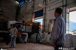 汶川地震中他亲自安葬母亲,工厂损失超500万,11年无一人辞职