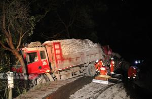 满载水泥 来宾象州两辆货车凌晨追尾 事故造成一人死亡一人受伤