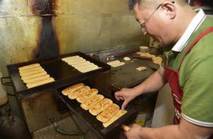 河南大叔做驴肉火烧,五块钱一个是标准,八块钱能吃到精品