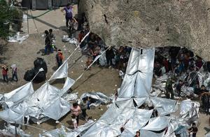 非法越境的移民越来越多,美军搭建的帐篷不够用,条件还恶劣