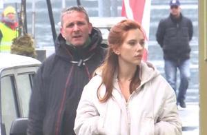 漫威新片《黑寡妇》开拍,斯嘉丽打扮清纯现身片场,角色照被曝光