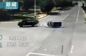 奥迪试驾车猛撞三轮车后连滚3圈,前排驾驶员无事后排乘客却死亡