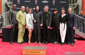"""基努里维斯出道35年,一招""""狗爬式""""在好莱坞中国戏院留下手印"""
