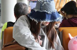 张雪迎机场又吃又喝,再加上宽檐帽 网友:忒接地气,没认出来