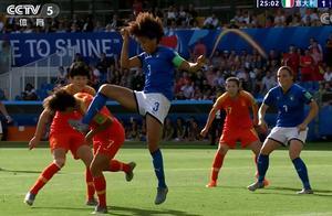 女足世界杯出现争议1幕:意大利球员飞脚踹向王霜逃过点球+红牌