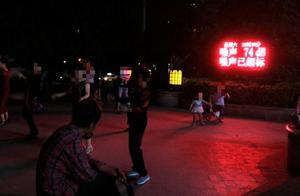 """""""噪声已超标""""字幕下广场舞者照跳不误,网友盼有好办法"""