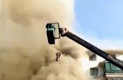 小伙开吊车救14人 这个开吊车的真帅!