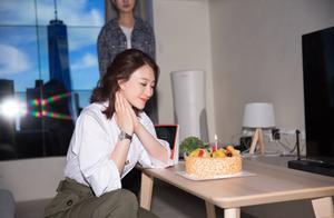 李小冉43岁生日晒美照,白衬衣搭绿阔腿裤太减龄,扎公主发好优雅