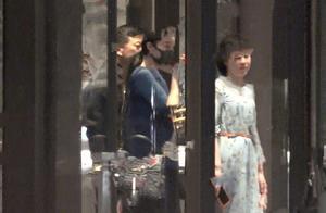 范冰冰酒店与好友聚餐状态不错,与范丞丞公司老板一路开心热聊
