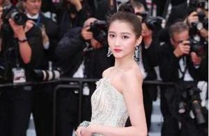 关晓彤薄荷绿礼服清新淡雅,酒会时换上中国红抹胸裙,更让人惊艳