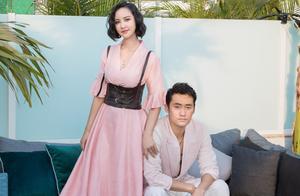 张歆艺产后首个结婚纪念日,穿V领粉裙扎腰带,合影袁弘甜齁了