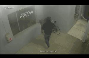 史上最蠢小偷出炉:男子警局门前偷自行车秒被抓 警察都笑了