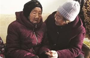 105岁母亲给74岁女儿压岁钱 温馨短视频刷屏获赞百万
