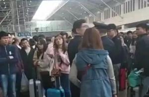 太气人了!乘客有票却上不了火车,只因有人到站不下车......