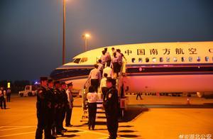 湖北警方:15名涉嫌经济犯罪嫌疑人被押解回国