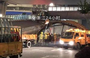 撞塌天桥的货车就是它!超限高半米多!通宵作业后桥体搬离,现场恢复通行