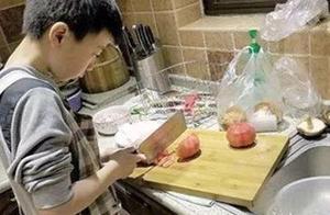 六年级男生每天冲回家烧晚饭!妈妈却崩溃了……