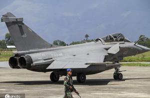 天气恶劣不能回航母 法国7架阵风战机紧急迫降印尼基地