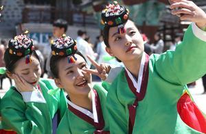 韩国少男少女身穿韩服行礼宣誓 参加传统成人礼