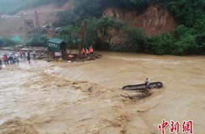 山洪暴发致工人被困 江西莲花消防驾驶无人机救援