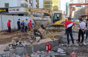 【昆明塘子巷天然气泄漏】现场:多部门联手抢修 施工人员奋力挖掘破损管道