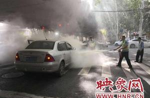 郑州一私家车发生自燃,执勤民警立即冲了上去……