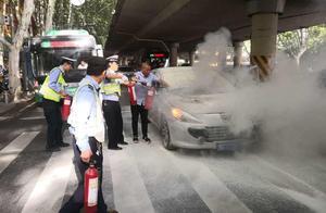 """郑州街头一轿车突然自燃,交警变身""""消防员""""迅速控制险情"""