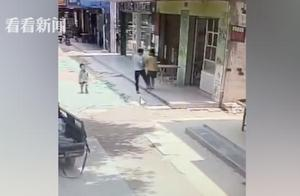 男子光天化日强抢三岁男童 警方:疑似有精神异常