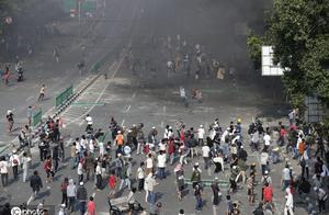 印尼示威者抗议佐科连任总统!与警方发生激烈冲突
