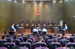 重庆涉嫌杀害狱警、刺伤法官案一审开庭审理
