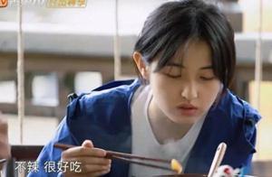 张钧甯给张子枫夹菜,妹妹两个字暴露教养,难怪彭彭也喜欢她!