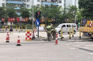 深圳一交通执法车追击黑车发生事故,嫌疑车失控撞上安全岛