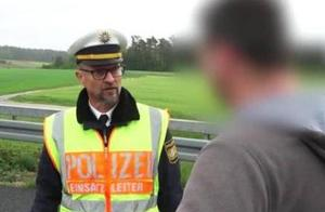 男子高速上缓行拍摄车祸现场,警官让其下车慢慢看并处罚款一千