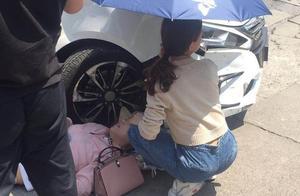 点赞!烈日下上海街头突发车祸 江西姑娘为伤者打伞