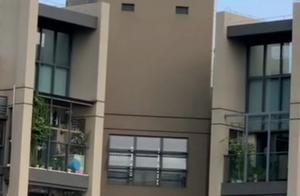 """揪心!深圳熊孩子爬上32楼天台护栏边缘跳来跳去玩""""吃鸡""""游戏"""