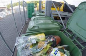 外国男子吃了二十年垃圾,每天去翻垃圾桶,与家人邻居共享美食