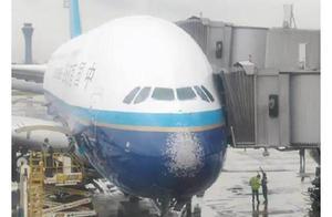 南航一航班遭遇冰雹挡风玻璃破损,乘客称降落时遭遇多次颠簸