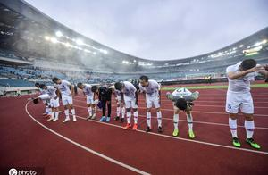 七轮不胜!上海绿地申花队员谢场,众将鞠躬向远征球迷致歉