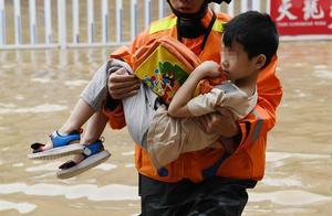 河池县城多处出现内涝,紧急转移被困群众!所幸未造成人员伤亡