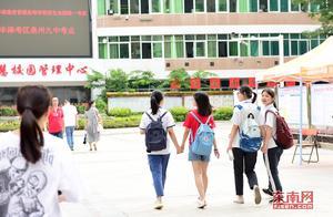 泉州4.5万余名考生迎考 老师穿红衣家长着旗袍送考