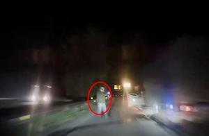 车轮故障不做警示还在超车道上打电话 大意司机被后车撞飞