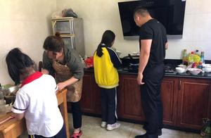 嫌疑人正为女儿准备学校参赛美食,民警一起煮完西米露再抓人