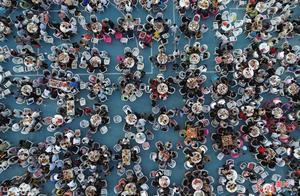 江苏盱眙万人龙虾宴开席 三万食客狂扫龙虾40吨