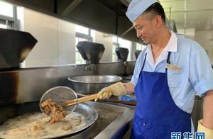 """暖心又暖胃!这个大学捕1500斤鱼请毕业生吃""""全鱼宴"""""""