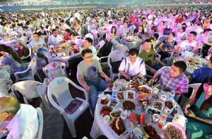 万人龙虾宴场面壮观!3万人齐动手,40吨小龙虾瞬间消灭