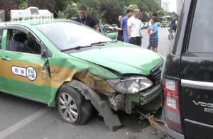 一声巨响!出租车撞爆路虎轮胎 司机:天气太热