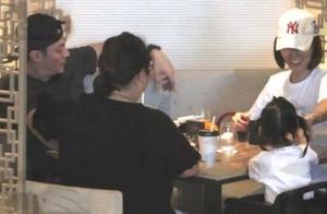 林心如霍建华一家首同框 两人携女儿小海豚外出用餐温馨幸福
