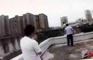 11岁男孩欲跳楼阻止父母离婚 其父通话中断 警方出手相救