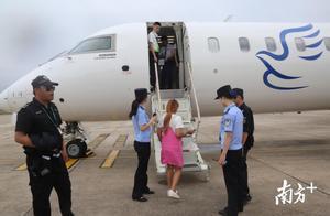 外籍女子持过期签证入境受阻,边检民警护送其登上返航飞机