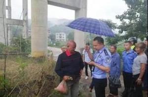 老人麻袋背10多万元现金流浪湖南 警察跟了他一路